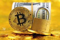 Bitcoin新的真正金钱、金黄一美元挂锁和钞票的物理版本  免版税库存照片