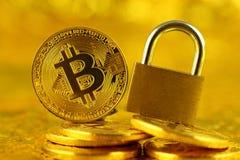 Bitcoin新的真正金钱和金黄挂锁的物理版本 库存图片