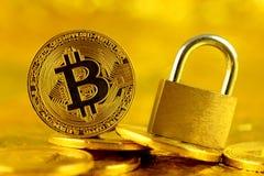 Bitcoin新的真正金钱和金黄挂锁的物理版本 库存照片