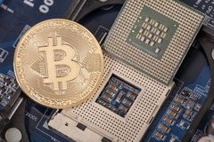 Bitcoin是一枚硬币,在处理器插口 隐藏货币 库存图片