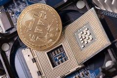 Bitcoin是一枚硬币,在处理器插口 隐藏货币 免版税库存图片