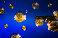 Bitcoin泡影和手枪 库存照片