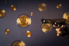 Bitcoin泡影和枪 库存照片