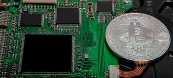 bitcoin特写镜头,与bitcoin处理器的计算机电路板和微集成电路 电子货币,互联网财务rypto杂种狗 免版税库存照片