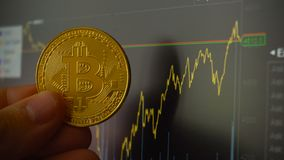 Bitcoin硬币在人的手上在贸易的终端对面的 影视素材