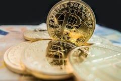 bitcoin硬币在美元笔记的 库存照片