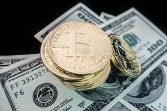 bitcoin硬币在美元笔记的 免版税图库摄影