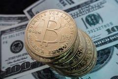 bitcoin硬币在美元笔记的 免版税库存照片