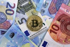 Bitcoin硬币欧盟欧元钞票 库存照片