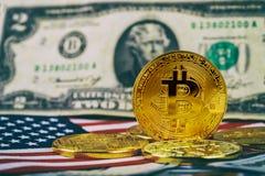 bitcoin符号硬币在一百美元钞票的  一美元的bitcoin现金 免版税图库摄影