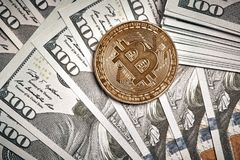 bitcoin符号硬币在一百美元钞票的  交换一美元的bitcoin现金 库存照片