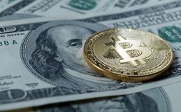 bitcoin符号硬币在一百美元钞票的  免版税库存图片
