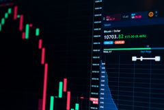 Bitcoin货币成长股市网上图10000美元-投资,电子商务,财务概念 免版税图库摄影
