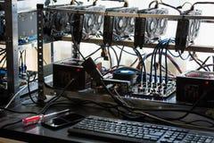 Bitcoin采矿的计算机 图库摄影