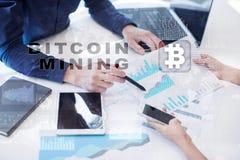 Bitcoin采矿 Cryptocurrency, blockchain 财政技术和互联网概念 库存图片