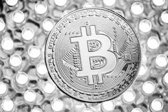 Bitcoin银币时髦的照片在LED盘区的 真正cryptocurrency概念 免版税库存照片