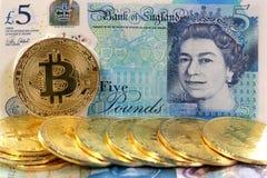 Bitcoin铸造英国英镑钞票 免版税库存图片