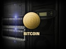 Bitcoin,在个人计算机在服务器屋子,金黄硬币,拷贝空间, datacenter的litecoin ethereum 企业概念:cryptocurrency热病 库存照片