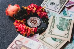 Bitcoin är dyrare än traditionella pengar, begrepp arkivbild