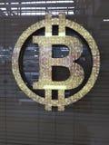 bitcoin σημάδι στο υπόβαθρο γυαλιού με τους τυφλούς στοκ φωτογραφίες