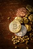 Bitcoin физические зерна Bitcoin-Cryptocurrency золота и золотого самородка владение домашнего ключа принципиальной схемы дела зо стоковые фото