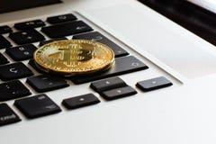 Bitcoin över ett tangentbord för bärbar dator` s royaltyfri foto