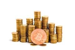 Bitcoin över myntkolonner Royaltyfria Bilder