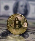 Bitcoin εναντίον δολάριο Στοκ φωτογραφίες με δικαίωμα ελεύθερης χρήσης