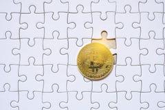 Bitcoin και άσπρος κενός γρίφος τορνευτικών πριονιών Στοκ φωτογραφίες με δικαίωμα ελεύθερης χρήσης