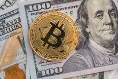 Bitcoin και δολάριο Cryptocurrency συμβόλων αγοράς BTC που αυξάνεται επάνω από το Ηνωμένο δολάριο Χρυσό μέταλλο bitcoin πάνω από  Στοκ Εικόνες