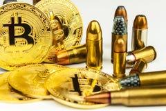 Bitcoin και κασέτες του διαφορετικού caliber Παράνομο εμπόριο στα πυρομαχικά Πώληση των όπλων Τρομοκρατία χρηματοδότησης στοκ εικόνες