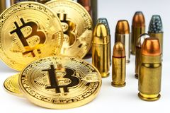 Bitcoin και κασέτες του διαφορετικού caliber Παράνομο εμπόριο στα πυρομαχικά Πώληση των όπλων Τρομοκρατία χρηματοδότησης στοκ φωτογραφίες με δικαίωμα ελεύθερης χρήσης