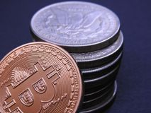 Bitcoin και παλαιά ασημένια δολάρια του Morgan Στοκ Φωτογραφία
