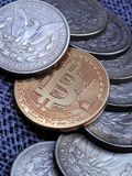 Bitcoin και παλαιά ασημένια δολάρια του Morgan Στοκ φωτογραφία με δικαίωμα ελεύθερης χρήσης