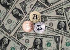 Bitcoin και τραπεζογραμμάτια ενός δολαρίου Ανταλλαγή bitcoin για μια κούκλα στοκ φωτογραφία με δικαίωμα ελεύθερης χρήσης