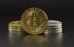 Bitcoin και litecoin στο μαύρο υπόβαθρο Στοκ Εικόνες