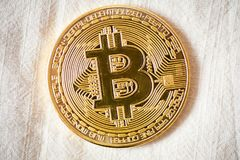 Bitcoin λογότυπων το χρυσό σύμβολο bitcoin νομισμάτων τελευταίο crypto του νομίσματος και η τεχνολογία blockchain εμποδίζουν την  Στοκ Εικόνα
