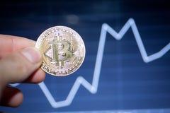 Bitcoin λογότυπων το χρυσό σύμβολο bitcoin νομισμάτων τελευταίο crypto του νομίσματος και η τεχνολογία blockchain εμποδίζουν την  Στοκ φωτογραφία με δικαίωμα ελεύθερης χρήσης