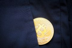 Bitcoin λογότυπων το χρυσό σύμβολο bitcoin νομισμάτων τελευταίο crypto του νομίσματος και η τεχνολογία blockchain εμποδίζουν την  Στοκ Εικόνες