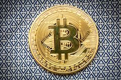 Bitcoin λογότυπων το χρυσό σύμβολο bitcoin νομισμάτων τελευταίο crypto του νομίσματος και η τεχνολογία blockchain εμποδίζουν την  Στοκ εικόνα με δικαίωμα ελεύθερης χρήσης