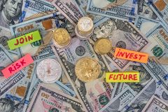 Bitcoin με τα αμερικανικά χρήματα, νόμισμα χρυσή ιδιοκτησία βασικών πλήκτρων επιχειρησιακής έννοιας που φθάνει στον ουρανό Στοκ Εικόνα