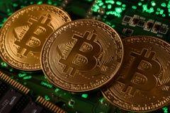 Bitcoin με τον πίνακα κυκλωμάτων στοκ εικόνα