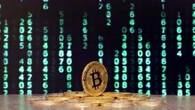 Bitcoin με τους αλλαγμένους αριθμούς στα υπόβαθρα απόθεμα βίντεο