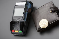 Bitcoin, πιστωτική κάρτα και POS-τερματικό χρυσή ιδιοκτησία βασικών πλήκτρων επιχειρησιακής έννοιας που φθάνει στον ουρανό στοκ εικόνες με δικαίωμα ελεύθερης χρήσης