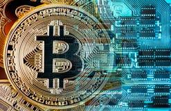 Bitcoin σε ένα τυπωμένο υπόβαθρο πινάκων κυκλωμάτων Στοκ φωτογραφία με δικαίωμα ελεύθερης χρήσης