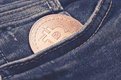 Bitcoin σε μπλε Jean: έννοια χρηματοδότησης και οικονομίας Στοκ φωτογραφία με δικαίωμα ελεύθερης χρήσης