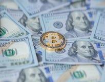 Bitcoin στα πλαίσια των λογαριασμών δολαρίων ανταλλαγή bitcoin για τα δολάρια Πτώση του bitcoin στοκ εικόνα