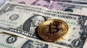 Bitcoin στα τραπεζογραμμάτια δολαρίων Στοκ φωτογραφία με δικαίωμα ελεύθερης χρήσης