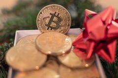 Bitcoin στα υπόβαθρα Χριστουγέννων στοκ εικόνα