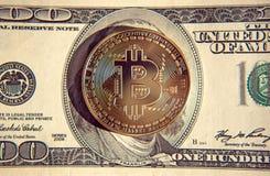 Bitcoin στην επένδυση λογαριασμών δολαρίων, αλλαγή σειράς μαθημάτων - έννοια Στοκ Φωτογραφίες